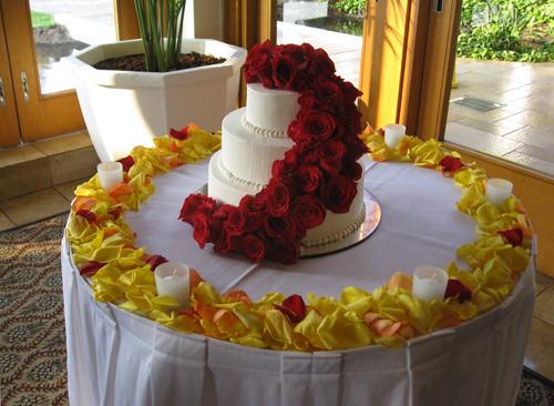 Maui Wedding Cake Flowers. Asending roses on the cake and florals on the table. & Maui Wedding Cake Décor from Fukushima Flowers